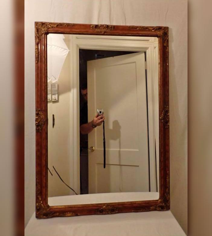 20 забавных фотографий людей, пытающихся сфотографировать зеркала, которые они продают